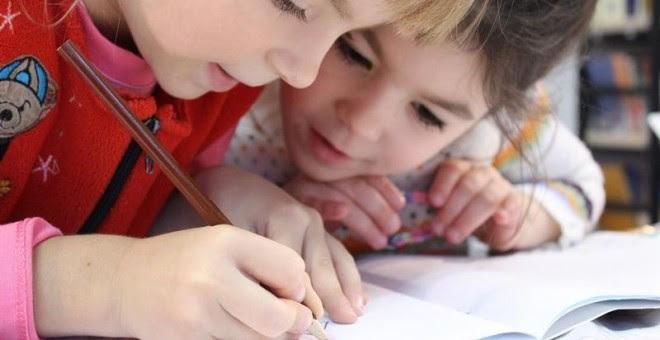 Dos niñas haciendo los deberes./ EP