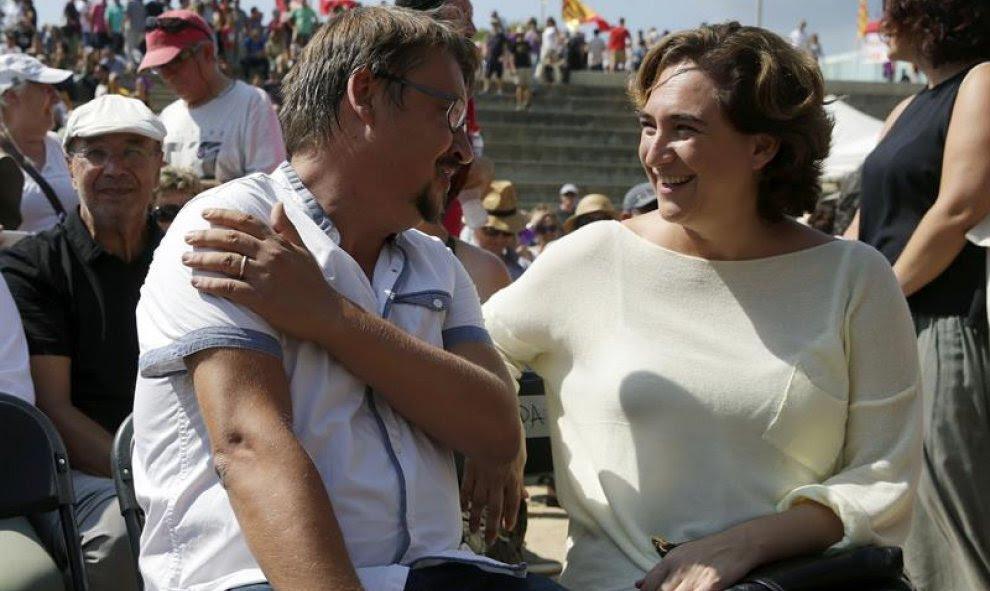El líder de En Comú Podem, Xavier Domenech, junto a la alcaldesa de Barcelona, Ada Colau en Sant Boi de Llobregat. EFE/Alberto Estévez