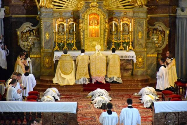 Litanie des saints & prostration des ordinants.