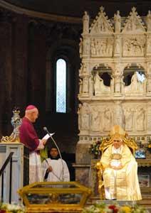 Benedicto XVI durante la celebración de las Vísperas en la Basílica de San Pedro in Ciel d'Oro, ante las reliquias de san Agustín, Pavía, 22 de abril de 2007