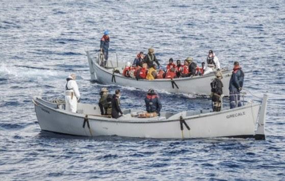Οι λαθρομετανάστες έσκισαν το φουσκωτό και έπεσαν στη θάλασσα