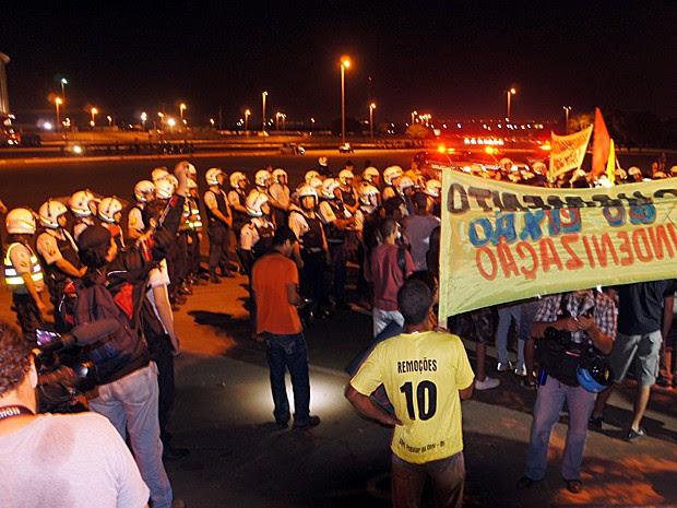 Barreira de policiais impede passagem de manifestantes diante do Estádio Nacional (Foto: Ricardo Moreira / G1 DF)