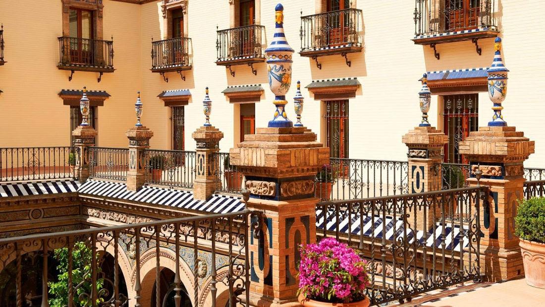 Y el hotel Alfonso XIII es muestra de ello. Disfrute de cada momento de estancia en esta ciudad y en este hotel, lleno de color y alegría.