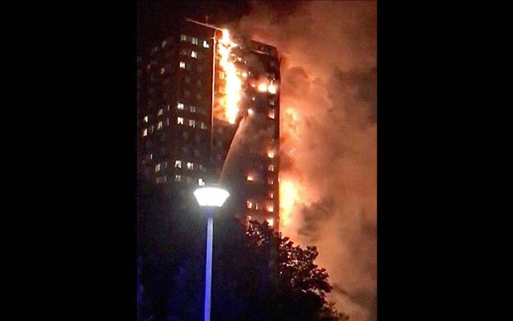 Incêndio atinge prédio em Londres no início da madrugada (Foto: Celeste Thomas @MAMAPIE / via AP Photo)