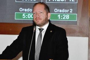 Othelino Neto denuncia obras suspeitas