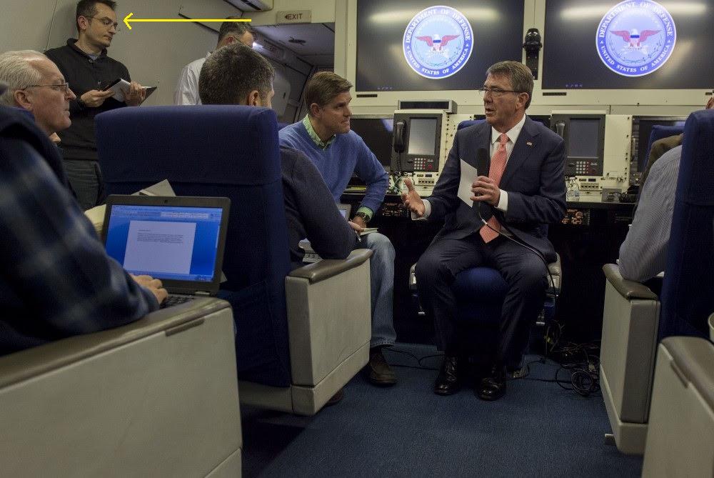Ylber Bajraktari (i dyti nga e majta) me Sekretari e Mbrojtjes Ashton Carter (në të djathtë) në një konferencë shtypi në aeroplanin e sekretarit