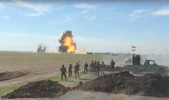 Hình ảnh Video: Xe bom liều chết của IS bị thổi tung lên trời số 2