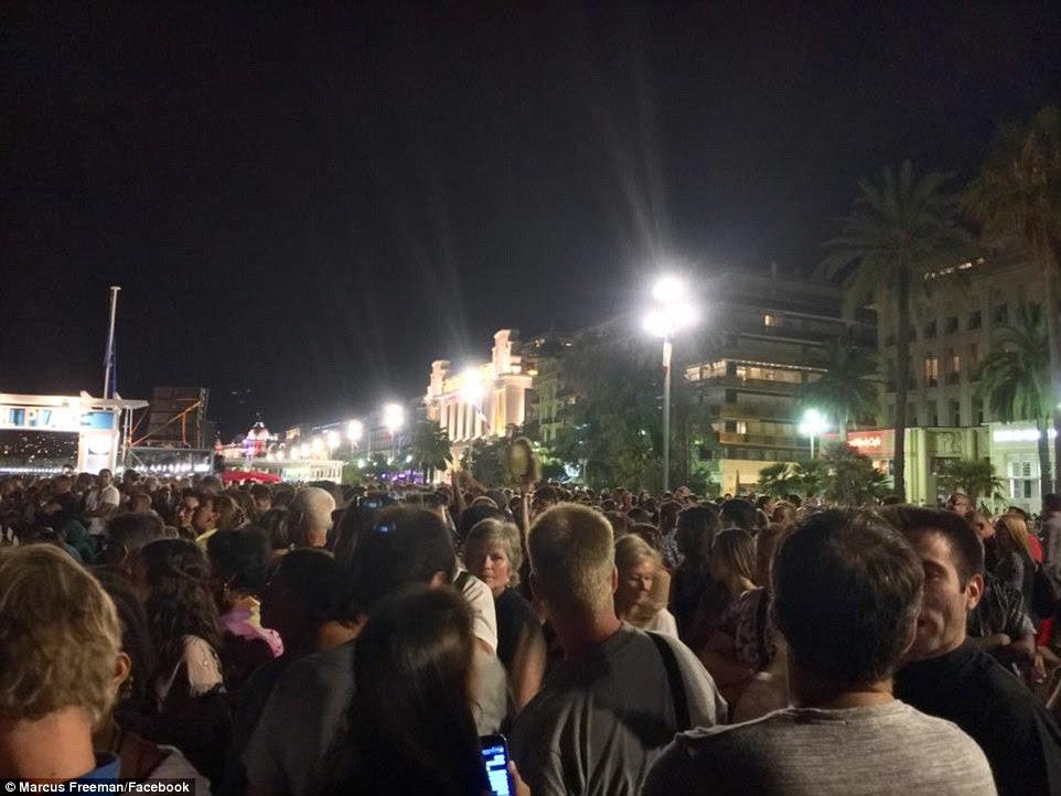 Dezenas de milhares de pessoas se reuniram ao longo da costa para celebrar o feriado anual quando foram atacados
