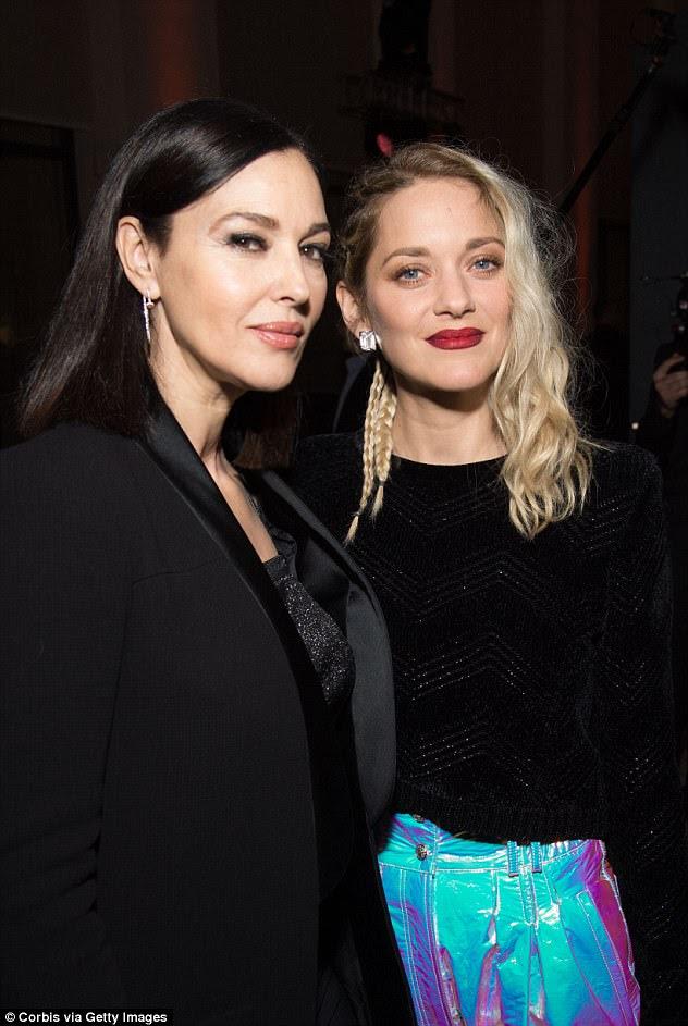 Elegante: Clandestino chique parisiense, a beleza francesa emparelhava as audazes calças de cinza alto com uma simples malha preta como ela colocava com a atriz James Bond (à esquerda)