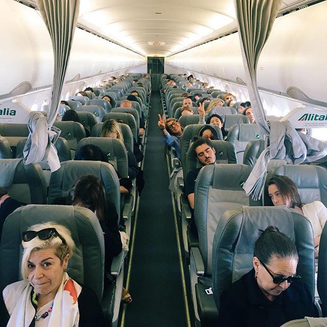 O avião que levou os fashionistas da semana de alta costura em Paris a Roma para ver o desfile da Valentino