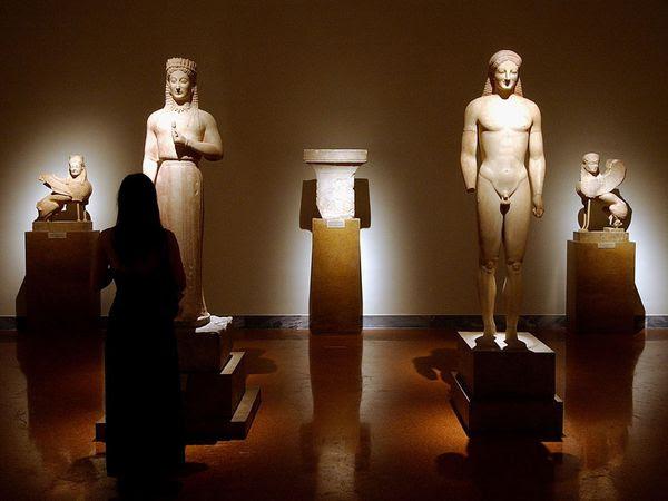Εθνικό Αρχαιολογικό Μουσείο. Είναι το μεγαλύτερο μουσείο στην Ελλάδα, με πάνω από 20.000 εκθέματα. Χτίστηκε το 1889, και η συλλογή του περιλαμβάνει εκθέματα από όλη την ιστορία στην Ελλάδας.