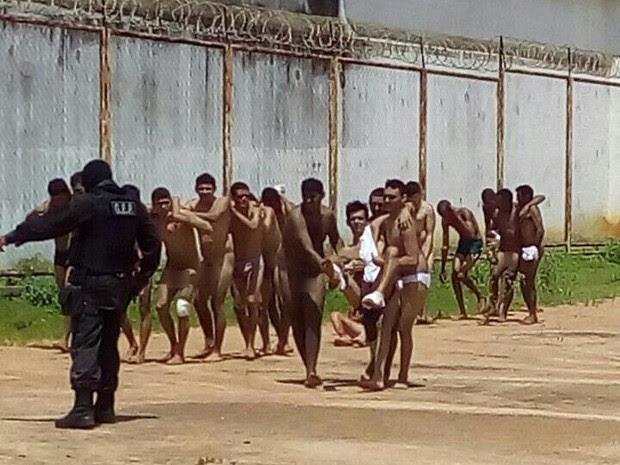 Presos ficaram feridos durante motim na Penitenciária Mário Negócio em Mossoró  (Foto: Divulgação/PM)