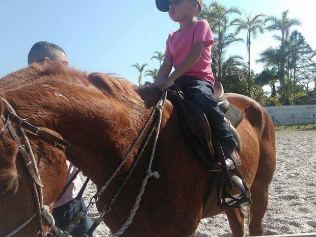 Garoto montado no cavalo Fleche (Foto: Deise Eurides/Arquivo Pessoal)