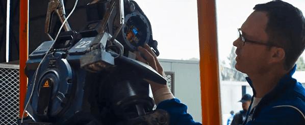 Em uma cena, vemos um robô chegar uma peça defeituosa substituída rapidamente e facilmente por outra parte.  Não pode facilmente substituir o braço de um policial humano, isso é certo.