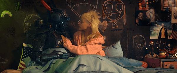 Yolandi na cama com Chappie como ela lê-lhe uma história.