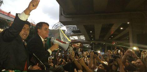 Deputado federal Jair Bolsonaro é recebido com festa por seus admiradores / Foto: Edson Mota / JC
