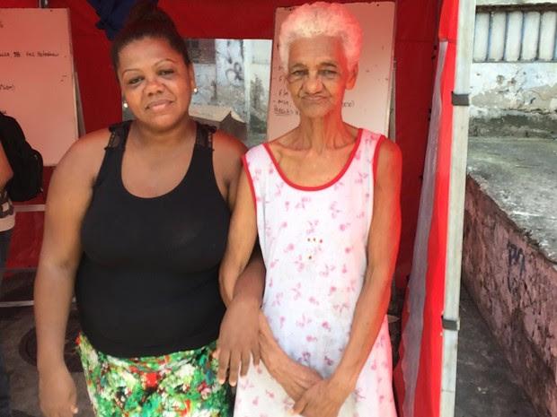 A idosa Marina de Carvalho e Andrea dos Santos Melo, tia de uma das vítimas fatais (Foto: Fernanda Rouvenat / G1)