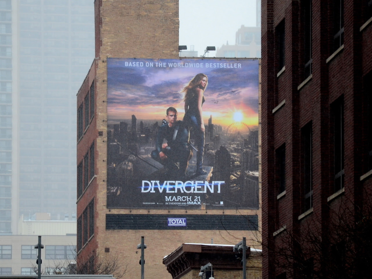 katherinetegenbooks:  Divergent billboard in Chicago (W Superior Street & Wells St). Very cool.