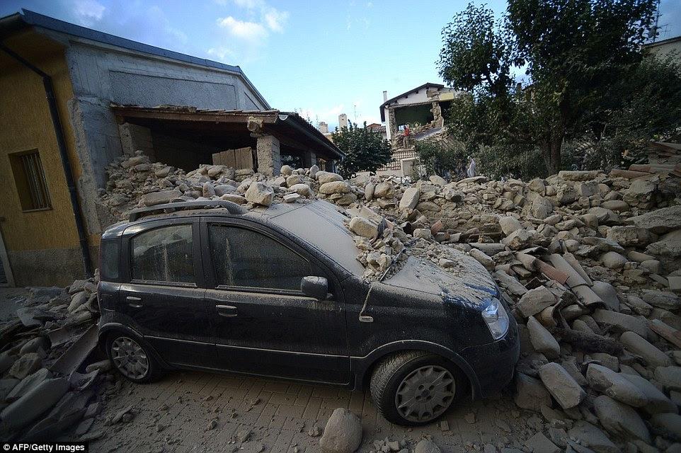 Carnage: Este carro foi deixado coberto de poeira e rochas de uma parede caindo, uma vez que atravessou o centro da Itália