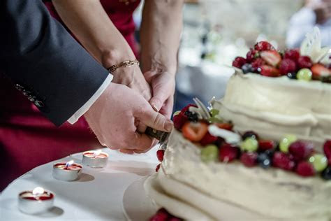 Cake cutting song ideas   Articles   Easy Weddings