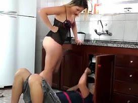 Enquanto o marido sai para trabalhar, a vagaba implora para ser enrabada pelo encanador