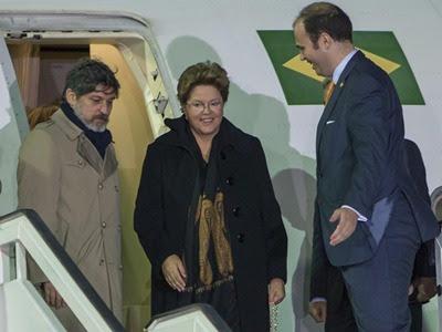 La presidenta de Brasil, Dilma Rousself,c, a su llegada al aeropuerto de Jerez de la Frontera para asistir a la XXII Cumbre Iberoamericana - EFE