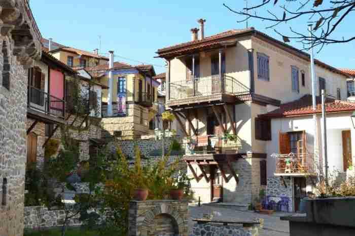 Το ωραιότερο χωριό της Χαλκιδικής μοιάζει ολόκληρο με.. έργο τέχνης!