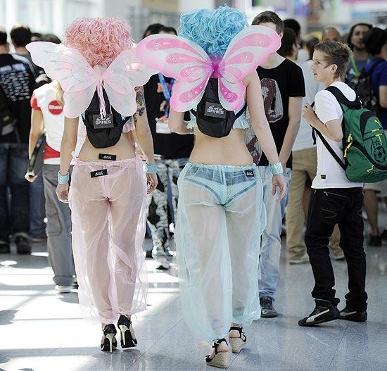 Mulheres caminham com fantasias na Gamescom 2011; clique para ver galeria