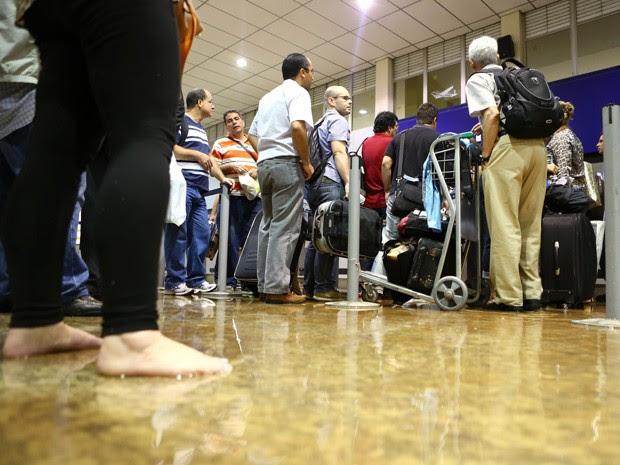 Água da chuva invade saguão do Aeroporto da Pampulha, em Belo Horizonte. (Foto: Rodrigo Lima/ O Tempo/ Estadão Conteúdo)