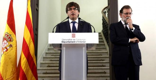 El president cesado de la Generalitat, Carles Puigdemont, y el del Gobierno central, Mariano Rajoy, en una de sus pocas apariciones públicas juntos, tras los atentados de Barcelona. Archivo EFE