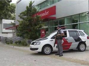 Criminosos invadem banco e roubam cofre no centro de São José  (Foto: Reprodução/ TV Vanguarda)