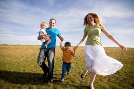 happy-family-grassy-field