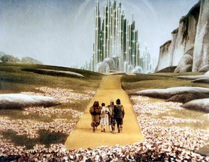 O filme O Mágico de Oz é usado pelos manipuladores monarca para programar seus escravos.  Símbolos e significados do filme se desencadeia na mente do escravo permitindo fácil acesso à mente do escravo pelo manipulador.  Na cultura popular, referências veladas a programação Monarca costumam usar analogias com O Mágico de Oz e Alice no País das Maravilhas.
