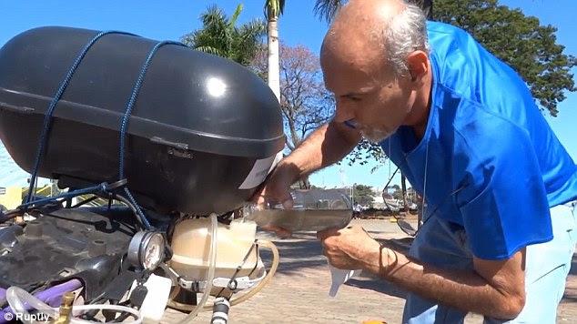 M. Azevedo a dit que l'avantage de cette moto, qui travaille avec l'hydrogène qui vient de l'eau, est que la vapeur propre est expulsé de l'échappement