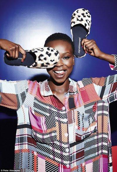 """Modelo Yaya Deng é finalista do reality show The Australian Caras.  Bem, ela é agora """"o rosto"""" da indústria Illuminati com uma saudação de um olho só ... Mas espere, talvez seu uma coincidência.  Às vezes eu segurar meus chinelos Desta forma, muito legal e confortável."""