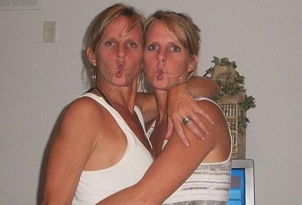 Em fotos no Facebook, as duas irmãs aparecem em vários momentos divertidos (Foto: Reprodução/Facebook/Holly Creamer-Ryan)