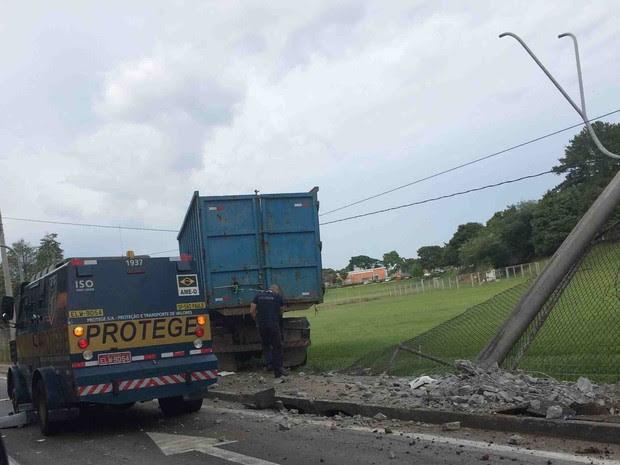 Acidente aconteceu na manhã desta quinta-feira (10) em São José (Foto: Arquivo Pessoal/Luana Andrade)