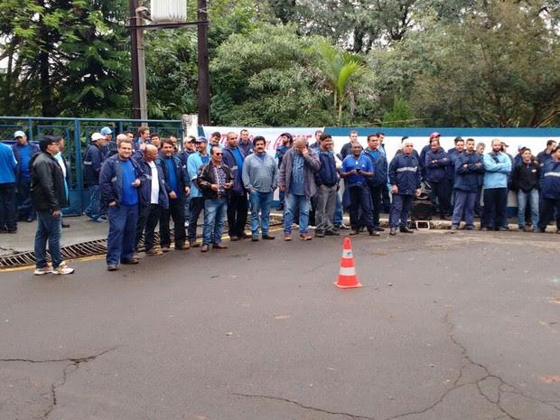 Servidores estão reunidos em frente à Estação de Tratamento de Água em Londrina (Foto: Alexandre Schmerega Filho/Arquivo Pessoal)