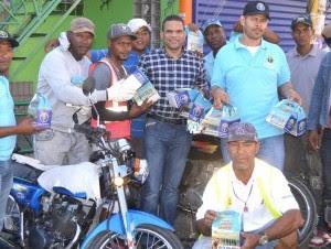 Moisés González de la Fundación Despertar Nacional y miembros de la OTTT durante la entrega de botiquines.