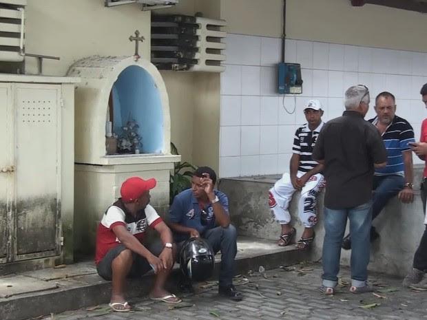 Familiares e amigos do jovem morto aguardam liberação do corpo no Instituto de Medicina Legal (IML), no bairro de Santo Amaro (Foto: Reprodução / TV Globo)