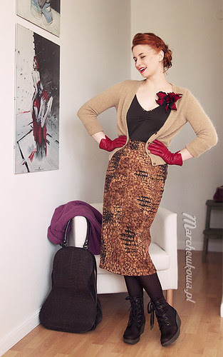 marchewkowa, szafiarka, krawiectwo, szycie, retro, vintage, moda, spódnica z aksamitu w panterkę, buty, koturny zimowe Fly London z Schaffashoes, top Motivi, sweter, kwiat, H&M, kolczyki Kruk, torba wiolonczela Ochnik, żakiet z wełny parzonej, Burda, slow fashion