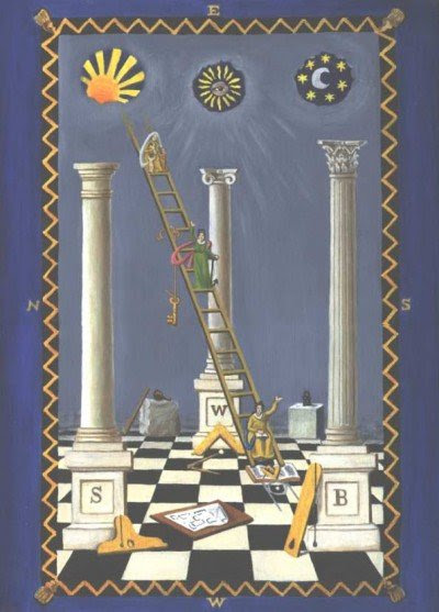 """Uma placa de traçado maçônico representando o sol acima da coluna esquerda (representando o masculino), a lua acima do pilar direito (representando feminino) e Sirius acima do pilar do meio, representando o """"homem perfeito"""" ou Hórus, filho de Ísis e Osíris.  Observe o """"olho de Horus"""" em Sirius."""