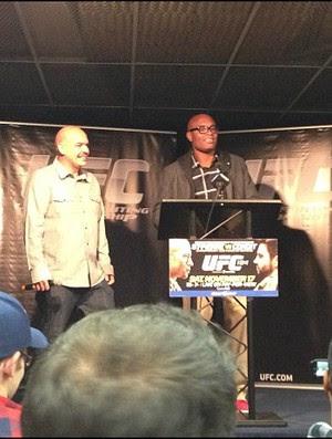 Anderson Silva fala com a imprensa em Montreal, antes do UFC 154 (Foto: Reprodução / Twitter)