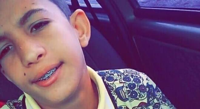 FATALIDADE - Aluno de 12 anos morre após ser atingido por trave de gol em GO