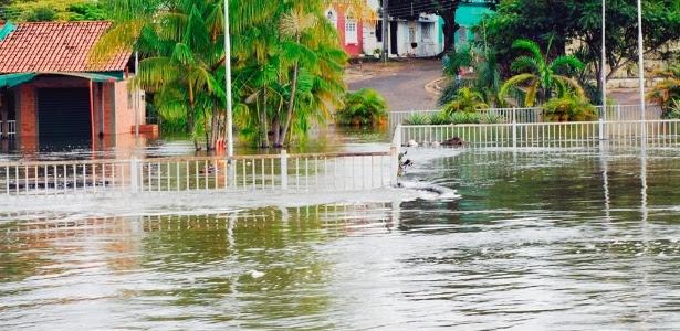 Orla Taumanan, no centro de Boa Vista, é interditada pela Defesa Civil por correr risco de ter sua estrutura arrastada pela força do rio Branco
