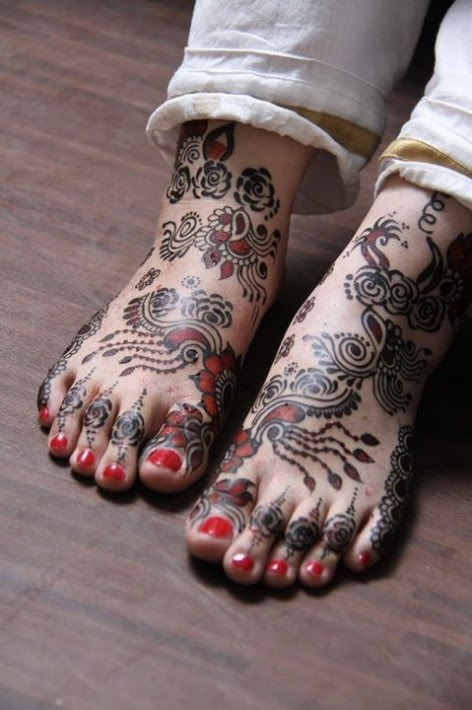 Beautiful-Indian-Bridal-Wedding-New-Mehndi-Designs-Photos-Embroidery-Dulhan-Feet-Mehndi-7