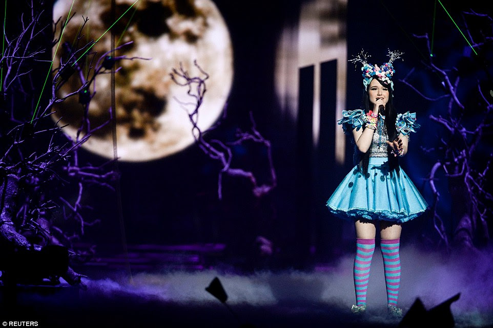The 18-year-old singer Jamie Lee wore striped thigh-high socks and candy bracelets as she crooned against an eerie full moon backdrop