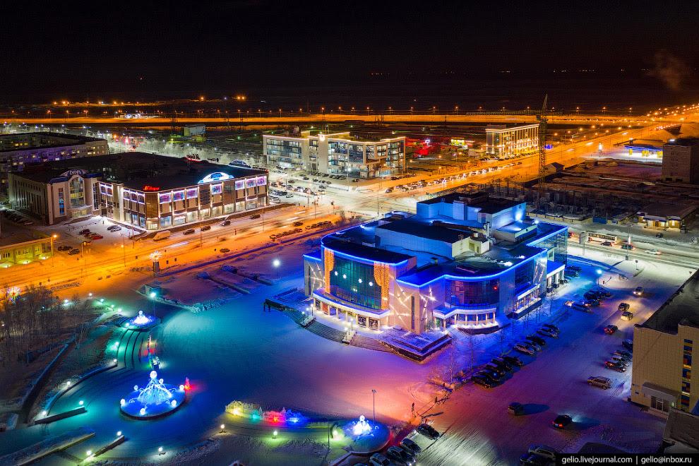 42. Сургутская филармония на площади Советов — крупнейшее культурное учреждение города.