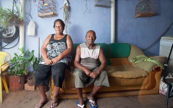 Alice e Alfredo de Oliveira-sem saber ler,ele tomava remédios incorretamente.teve 3 AVCs (Foto: Rogério Cassimiro/ÉPOCA)
