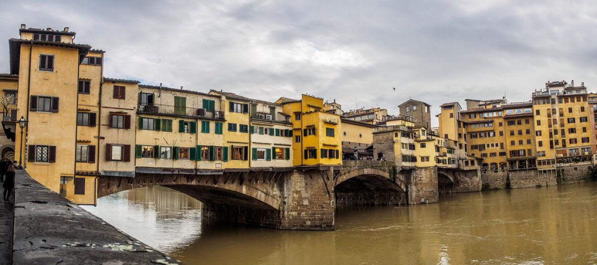 Ponte Vecchio: A Ponte Medieval cheia de lojas em Florença, Itália 04